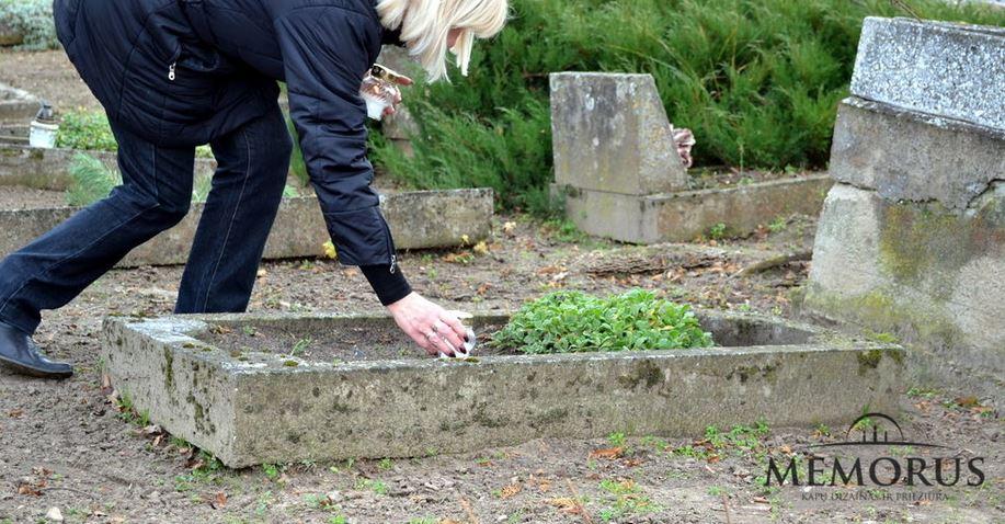 Prie kapo pasilenkusi moteris