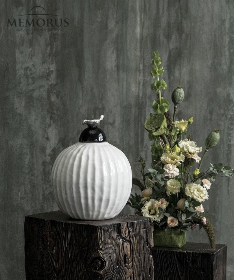 balta-grazuruota-urna-su-dekoracija