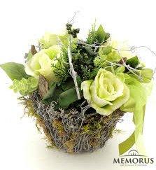 Dirbtinių gelsvų gėlių kompozicija krepšelyje laidotuvėms