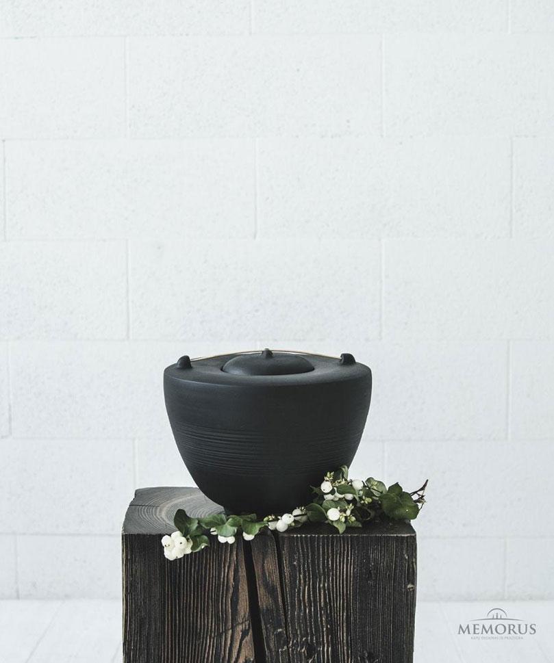 juoda–minimalistine-urna-su-medienos-elementu