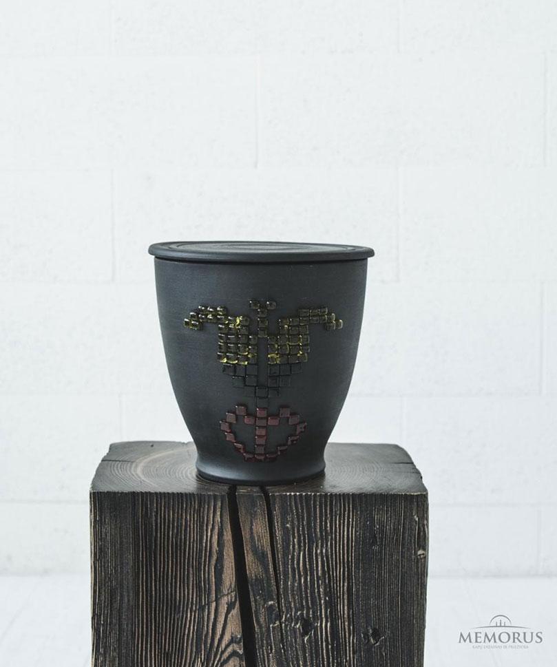 juoda-urna-su-trispalve-tulpe