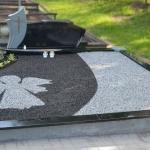 Kapo tvarkymas akmenukais su betonine tvorele ir pastatytu paminklu Marijampolėje
