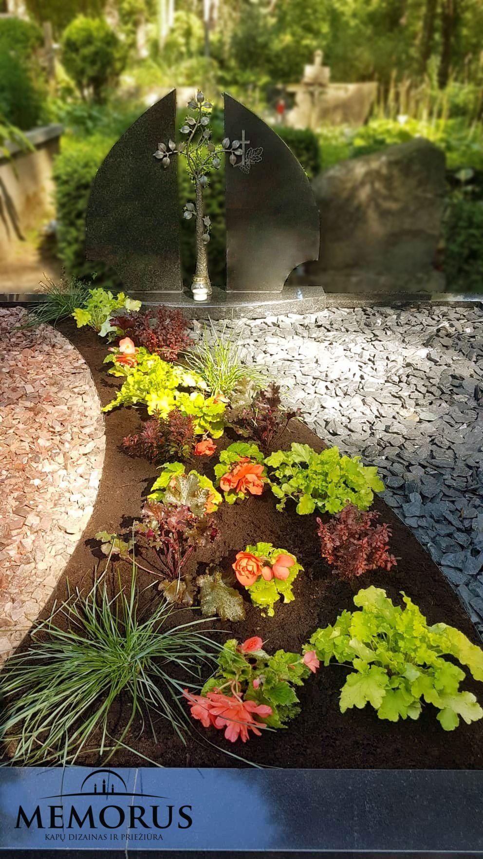 kapas apželdintas augalais ir pastatytas paminklas su kalvyste
