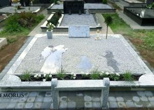 šviesaus granito tvorelė su paminklu ir pilka skaldele
