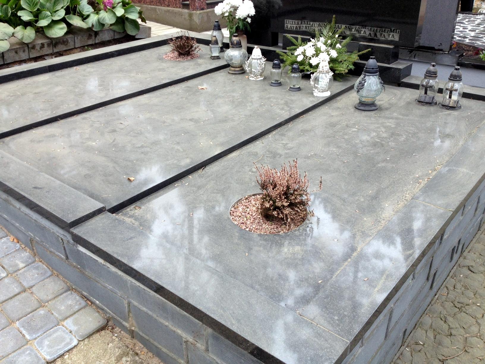 Kapo padengto plokšte nuotrauka po kapo sutvarkymo ir įrengimo darbų
