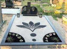 su skaldele ir dekoratyvia gėle sutvarkyta kapavietė papuošta rankų darbo žibintais