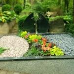 kapo nuotrauka po kapo renovacijos su atnaujinta kapo tvorele ir dviejų dalių paminklu