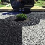 Kapo tvarkymo dizaino nuotrauka su dekoratyviniais augalais ir juodu paminklu Ukmergėje