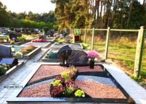 kapas sutvarkytas triju spalvu skaldele ir apzeldintas augalais