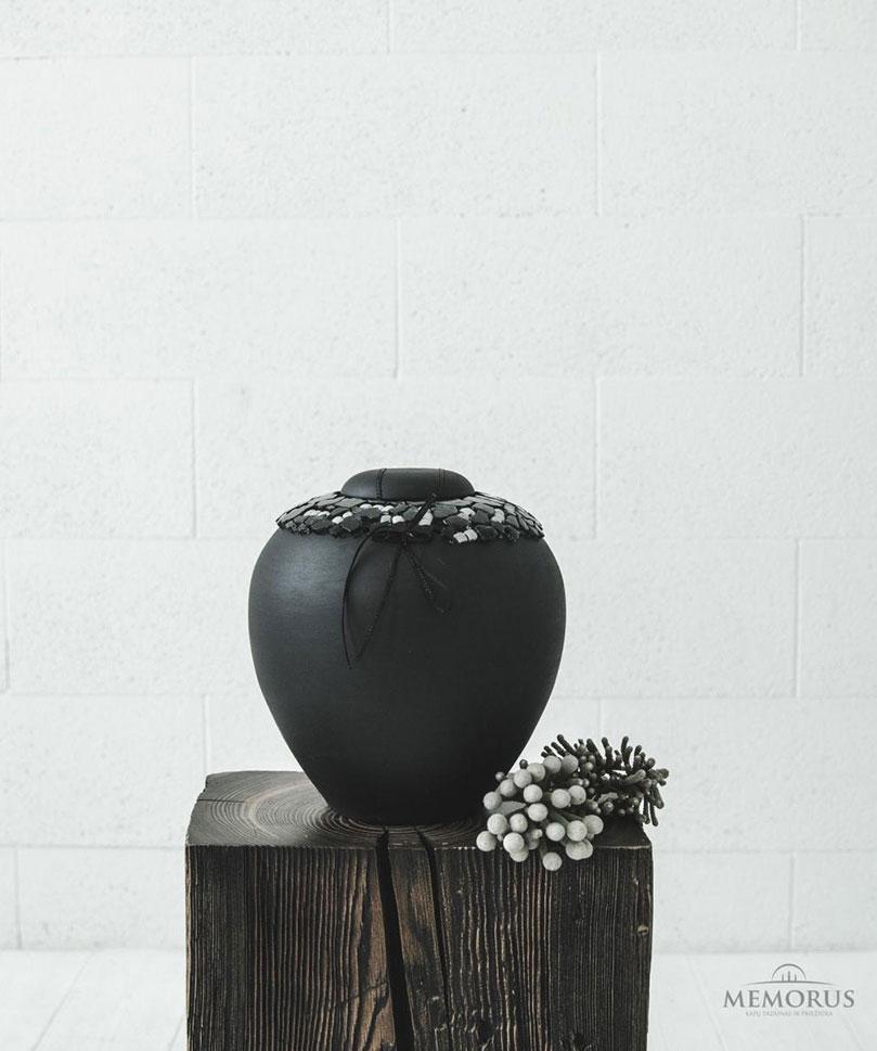 klasikine-urna-dekoruota-su-stiklu