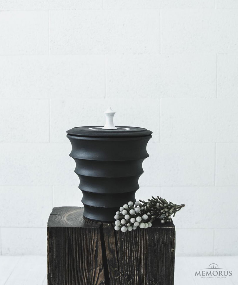 moderni-banguota-urna-su-baltos-spalvos-dekoru
