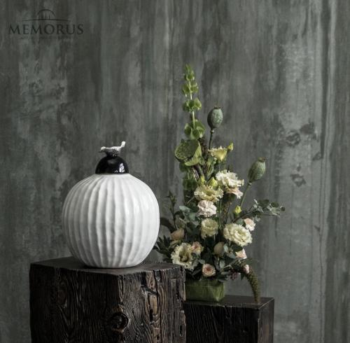 balta glazūruota urna su dekoracija