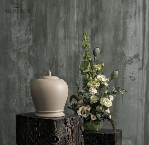 elegantiška kreminės spalvos urna