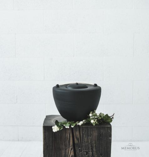 juoda minimalistinė urna su medienos elementu