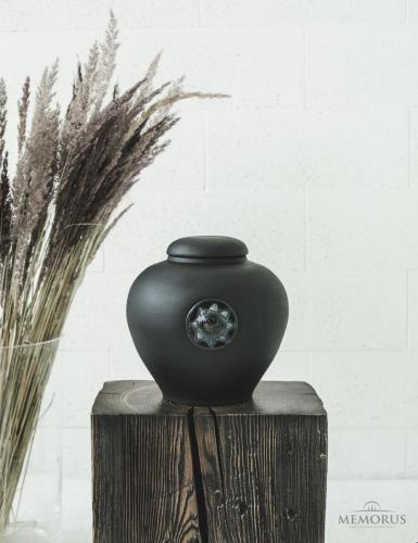 juoda urna su rankų darbo stiklo dekoracija