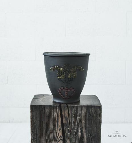 juoda urna su trispalve tulpe