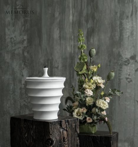 moderni banguota urna su juodos spalvos dekoru