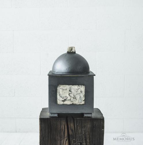 pilka kvadratinė urna su dekoruotais šonais