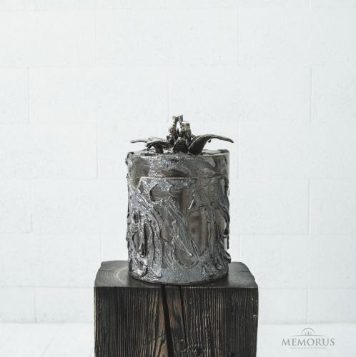 ruda blizgi urna su gėle viršuje
