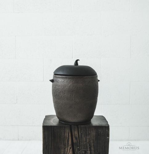 ruda senovinė urna su faktūra