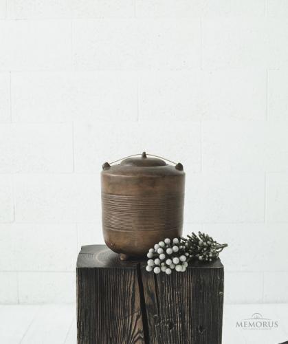 senovinė ruda urna su medžio dekoracija