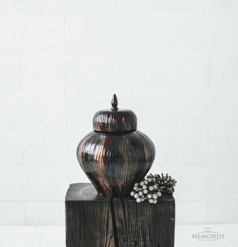 spalvota urna su juostelėmis