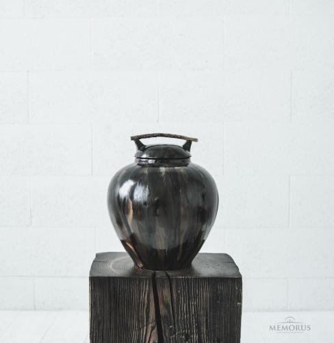spalvota urna su medžio šakele