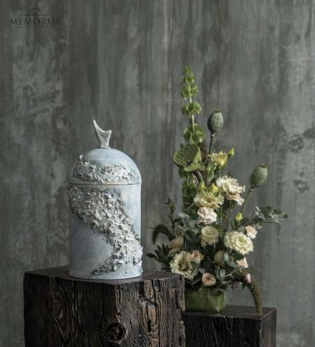 šviesiai melsva urna su dekoru