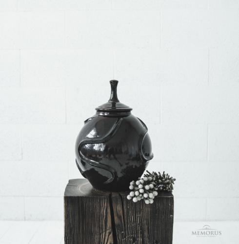 tamsi violetinė urna su faktūra