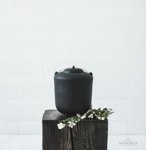 urna ant kojelių su medienos elementu