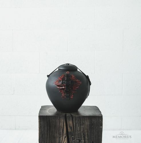 urna su dirželiu ir stikliniu kryžiumi