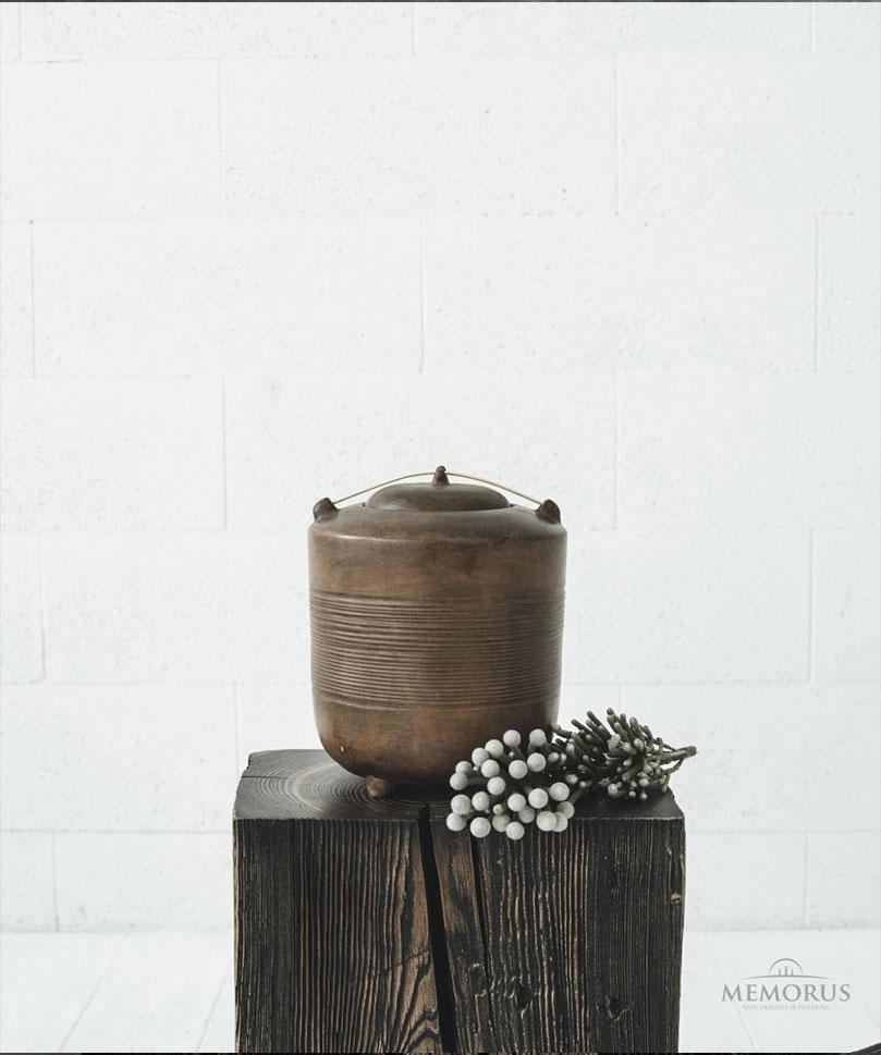 senovine-ruda-urna-su-medzio-dekoracija