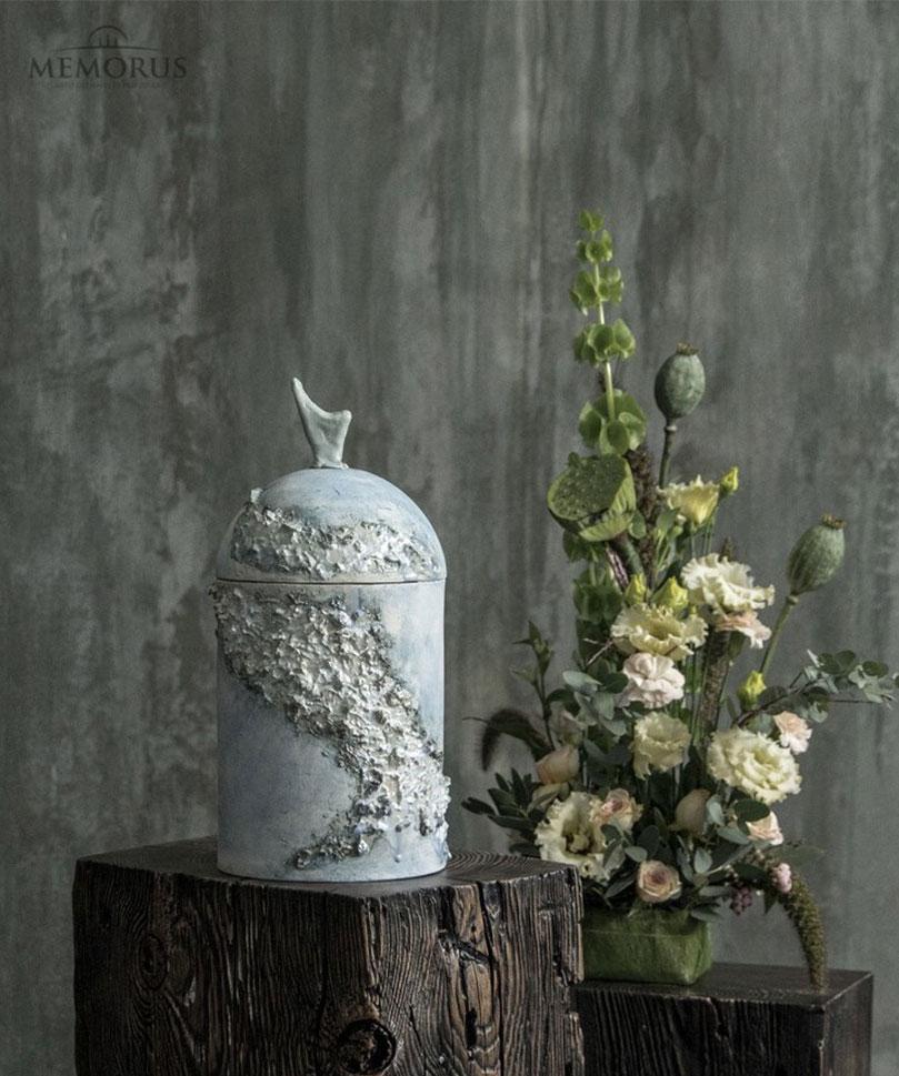 sviesiai-melsva-urna-su-dekoru