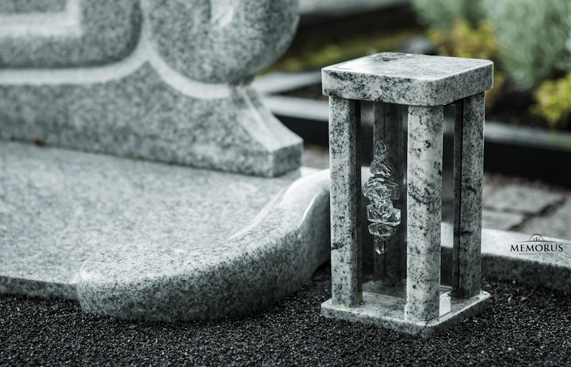 šviesaus granito rankų darbo žibintas kapams su dekoruotu stiklu priekyje