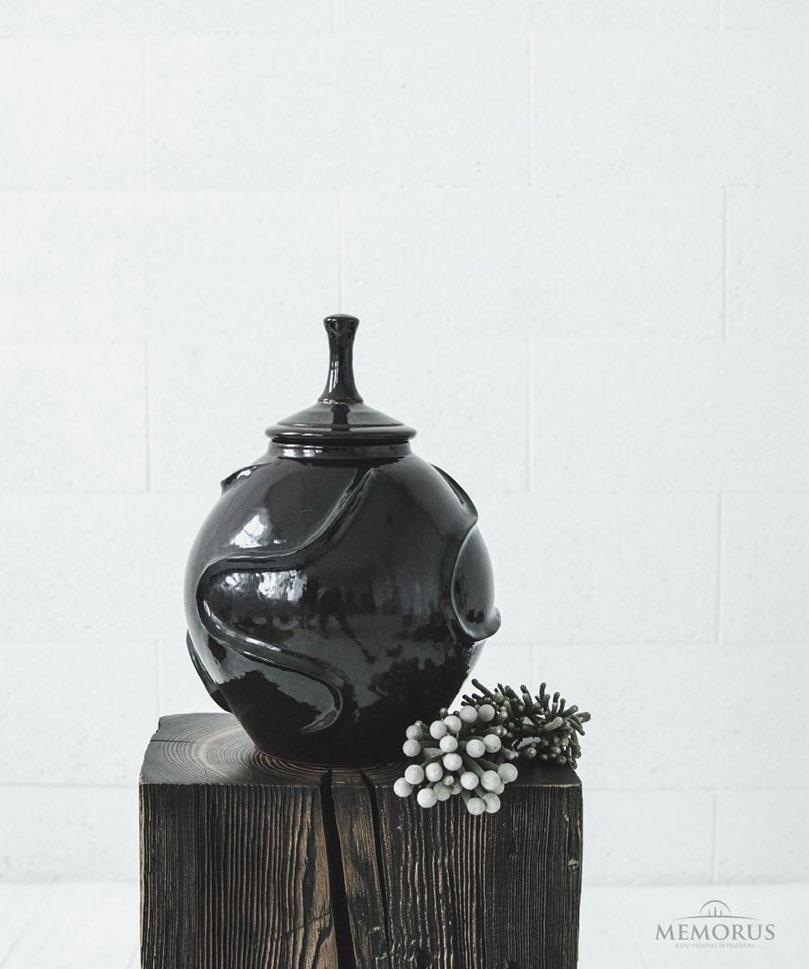 tamsiai-violetine-urna-su-faktura