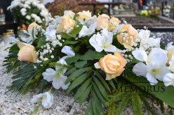 Graži dirbtinių gėlių puokštė kapui papuošti