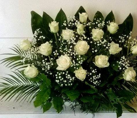 Baltų rožių vainikas laidotuvėms