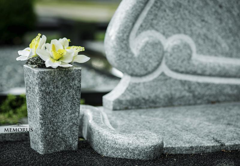 Šviesaus granito rankų darbo vaza su pamerktomis gėlėmis