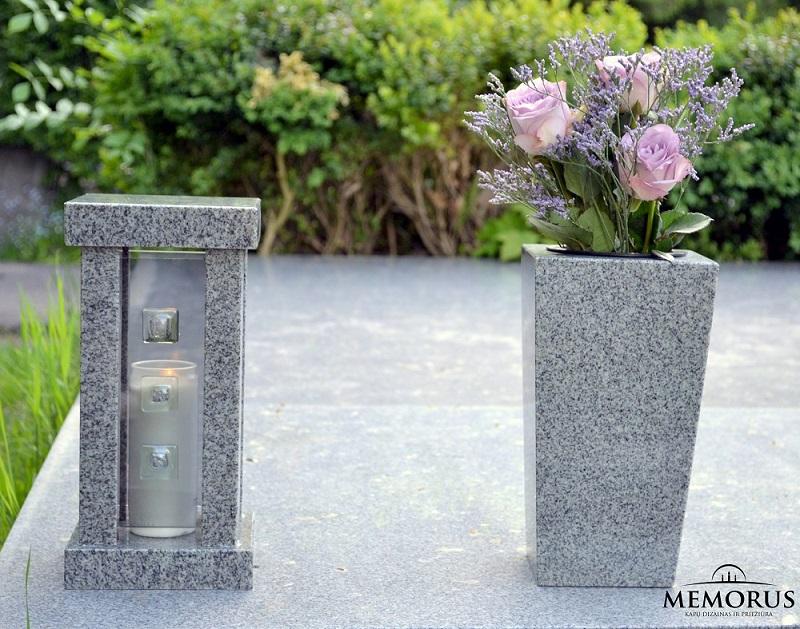 Akmeninis kapų žibintas ir vaza su pamerktomis gėlėmis