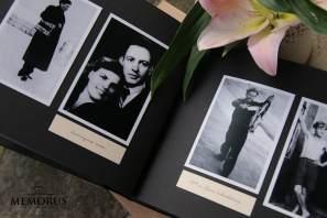 Įklijuojamos laidotuvių atminimo albumo knygos vidinis puslapis su dviem nespalvotomis nuotraukomis ir užrašais