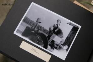 Įklijuojamos laidotuvių atminimo albumo knygos vidinis puslapis su nespalvota nuotrauka ir užrašu