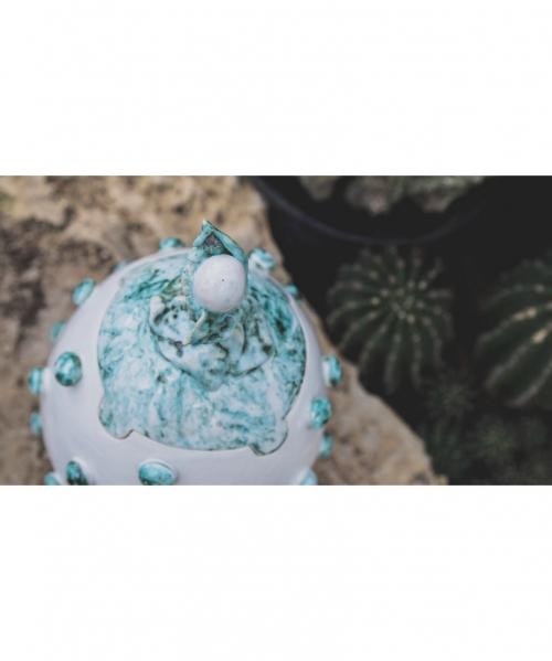 balta kremavimo Lallus urna su zalsvai melsvais burbuliukais