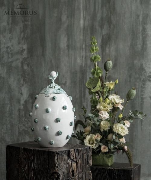 balta kremavimo urna su zalsvu dekoru