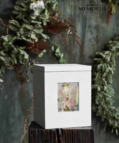 balta-medine-kremavimo-urna-balta-pieva-su-iterpta-augalu-kompozicija