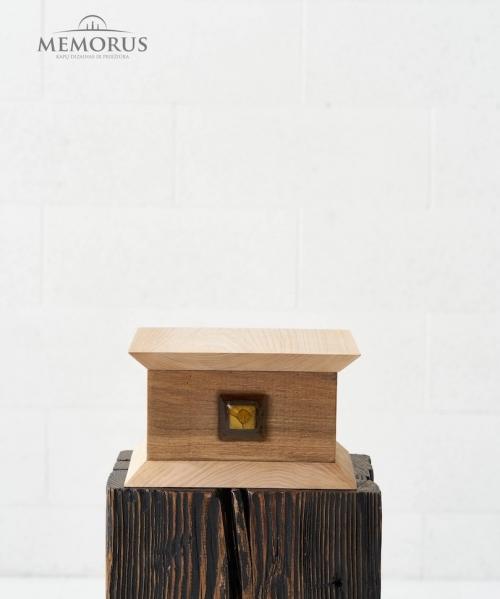 dvieju-atspalviu-medine-kremavimo-urna-sama-dekoruota-ranku-darbo-stiklo-elementu
