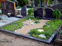 Kapo tvarkymas smėliu ir augalais ir pastatytu paminklu Vilniaus rajone