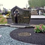 Kapų dizainas su akmens pėdutėmis kapo viduje atlikus kapų tvarkymo darbus Kauno rajone