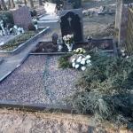nuotraukoje pamato sutrukimas ir kapo sukritimas