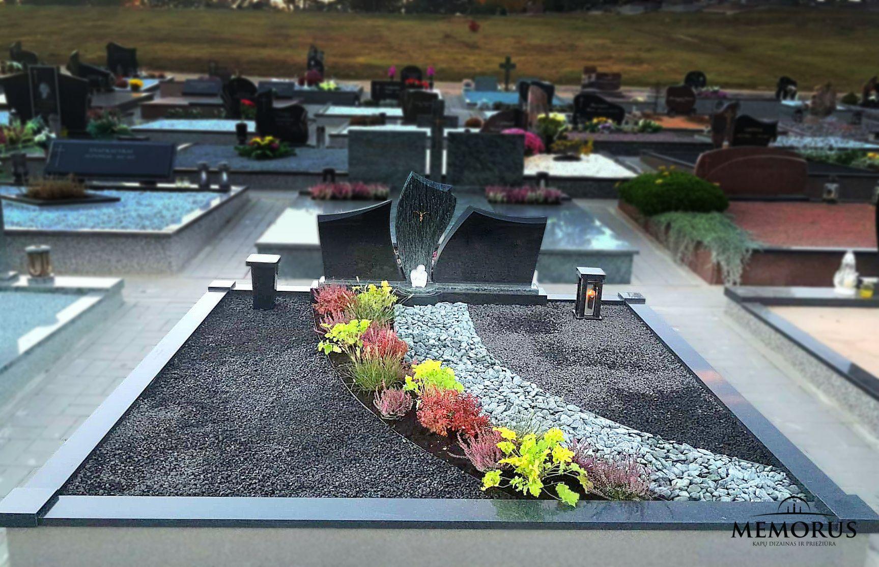kapas dekoruotas skaldele, apželdintas, papuoštas rankų darbo žibintu