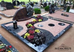 kapas padengtas skaldele, apzeldintas daugiameciais augalais ir dekoruotas zibintu